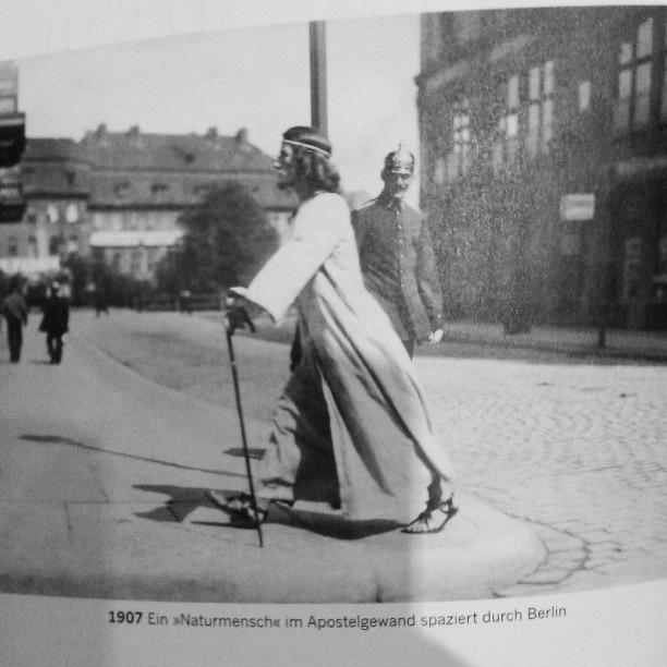 Ein Naturmensch Im Apostelgewand Spaziert Durch Berlin.