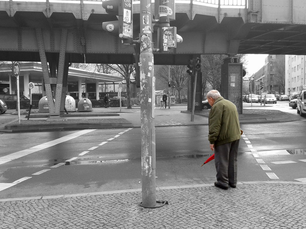 Old man standing, waiting to cross the street. Photo: Sanjin Đumišić.