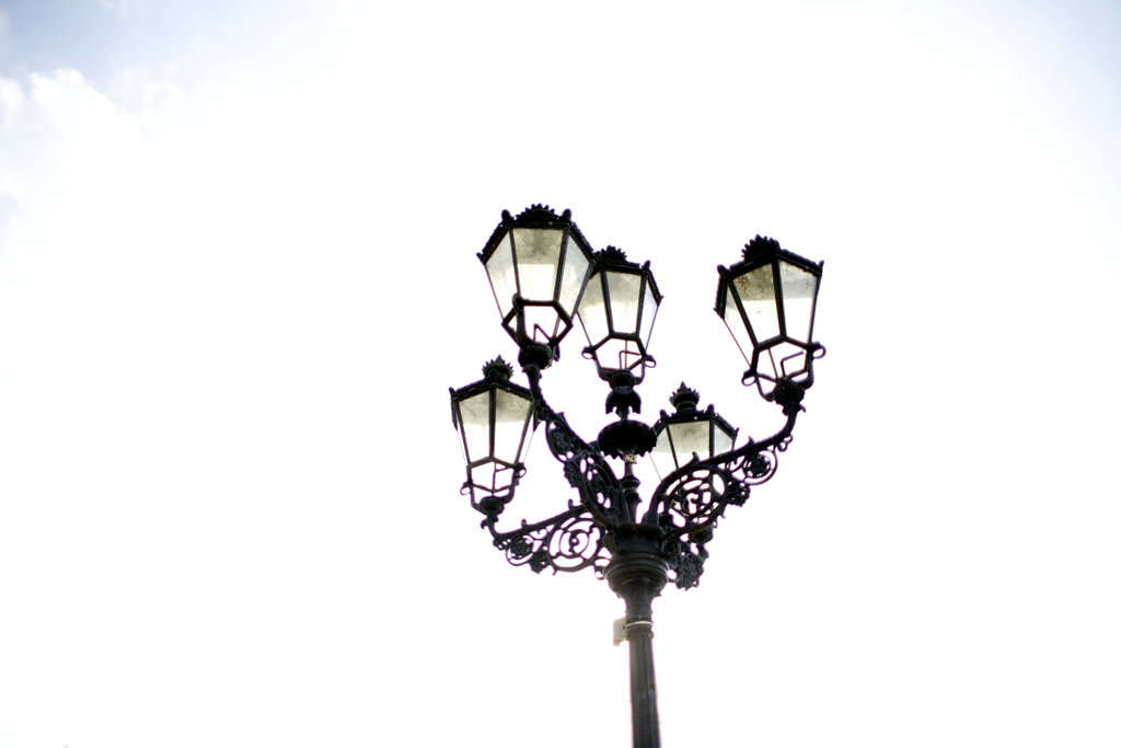 Sun behind the street lamps. Photo: Sanjin Đumišić.