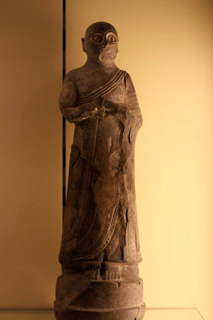 Sumerian Buddhist robe before Buddha. Photo: Sanjin Đumišić.