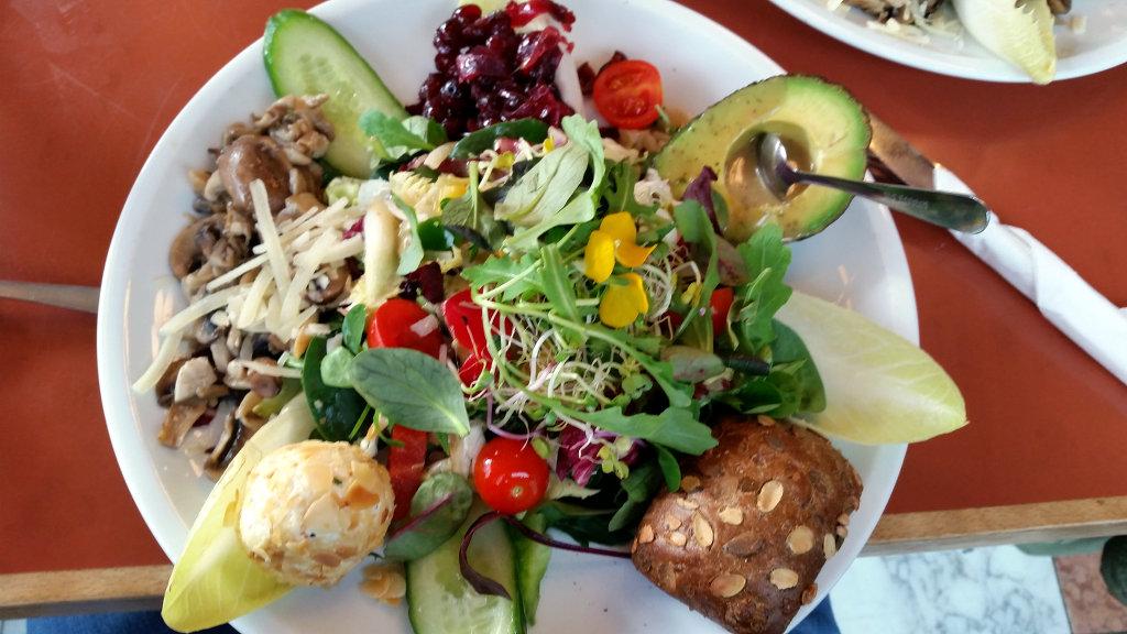 Super potent veggie salad in a place near our flat. Photo: Sanjin Đumišić.