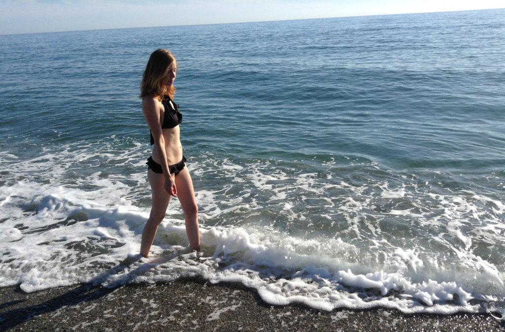Lisa Sinclair walking the Andalusian beach. Photo: Sanjin Đumišić.
