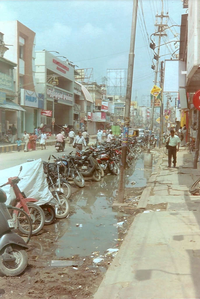 Dirty Indian street in Madurai. Photo: Sanjin Đumišić.