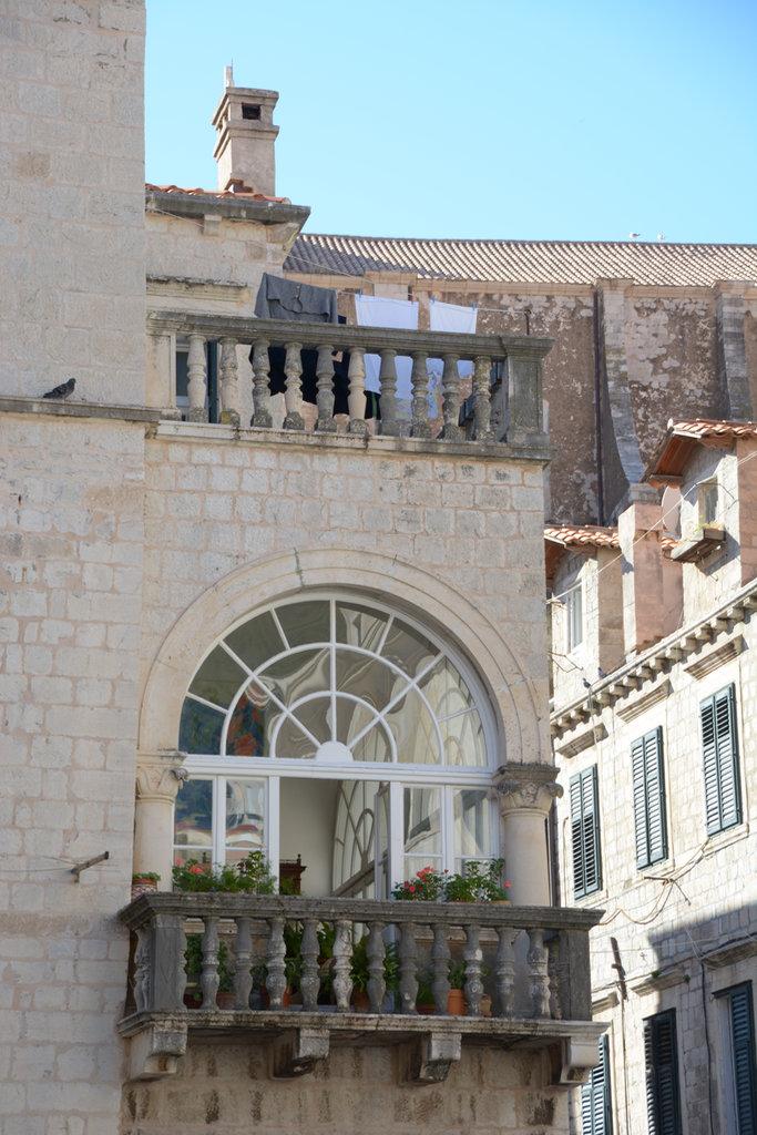 Dubrovnik balcony. Lisa and Florens in Dubrovnik. Photo: Sanjin Đumišić.