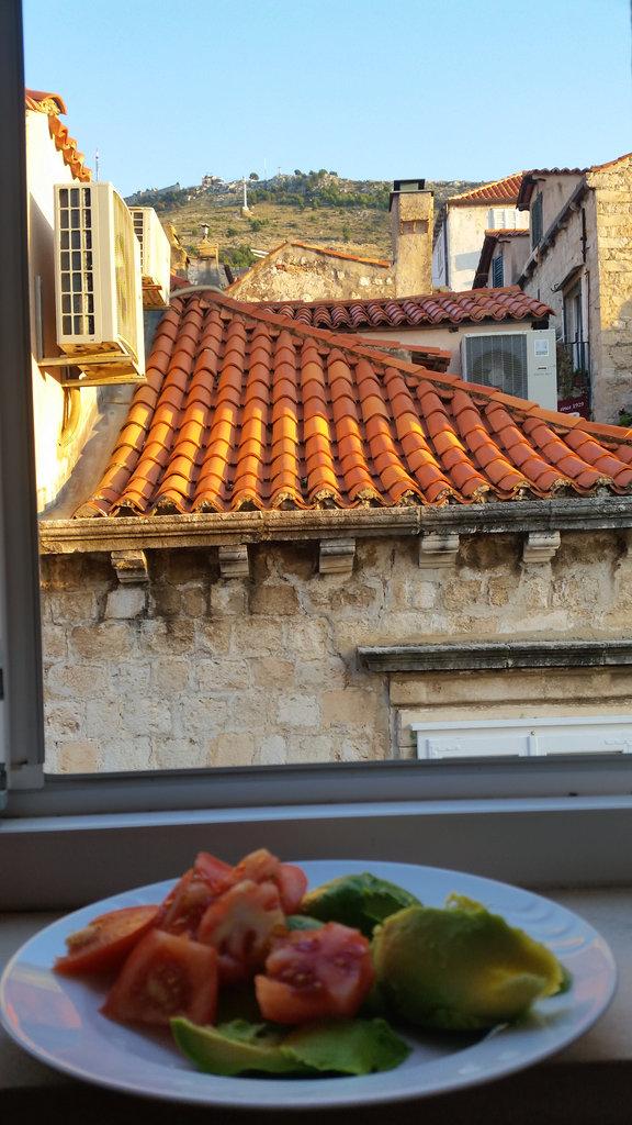 Tomato and avocado breakfast in Dubrovnik. Photo: Sanjin Đumišić.