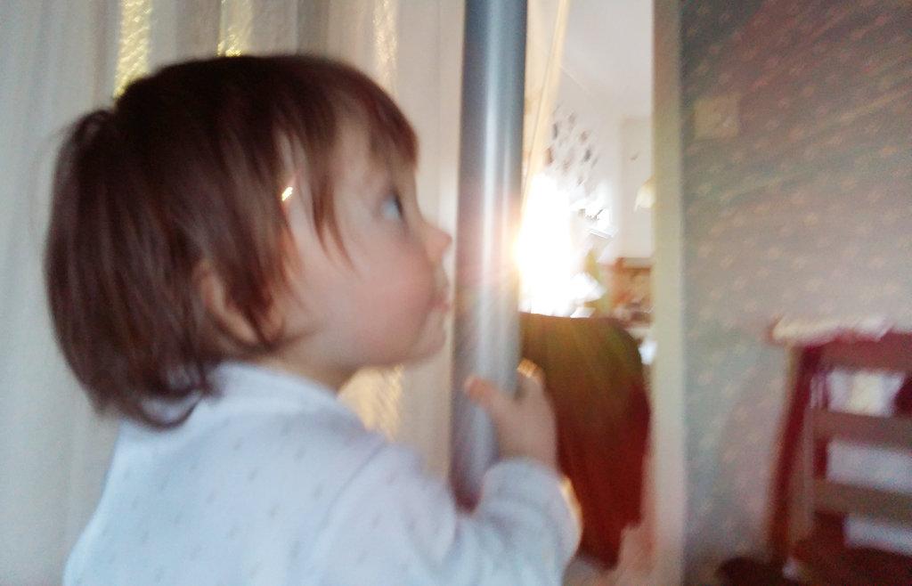 Baby Florens playing in Öland house. Photo: Sanjin Đumišić.