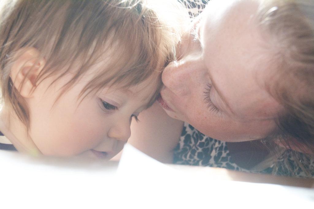 Baby Florens recieving a mothers kiss. Photo: Sanjin Đumišić.