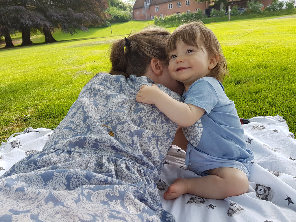 Baby girl hugging mom. Photo: Sanjin Đumišić.
