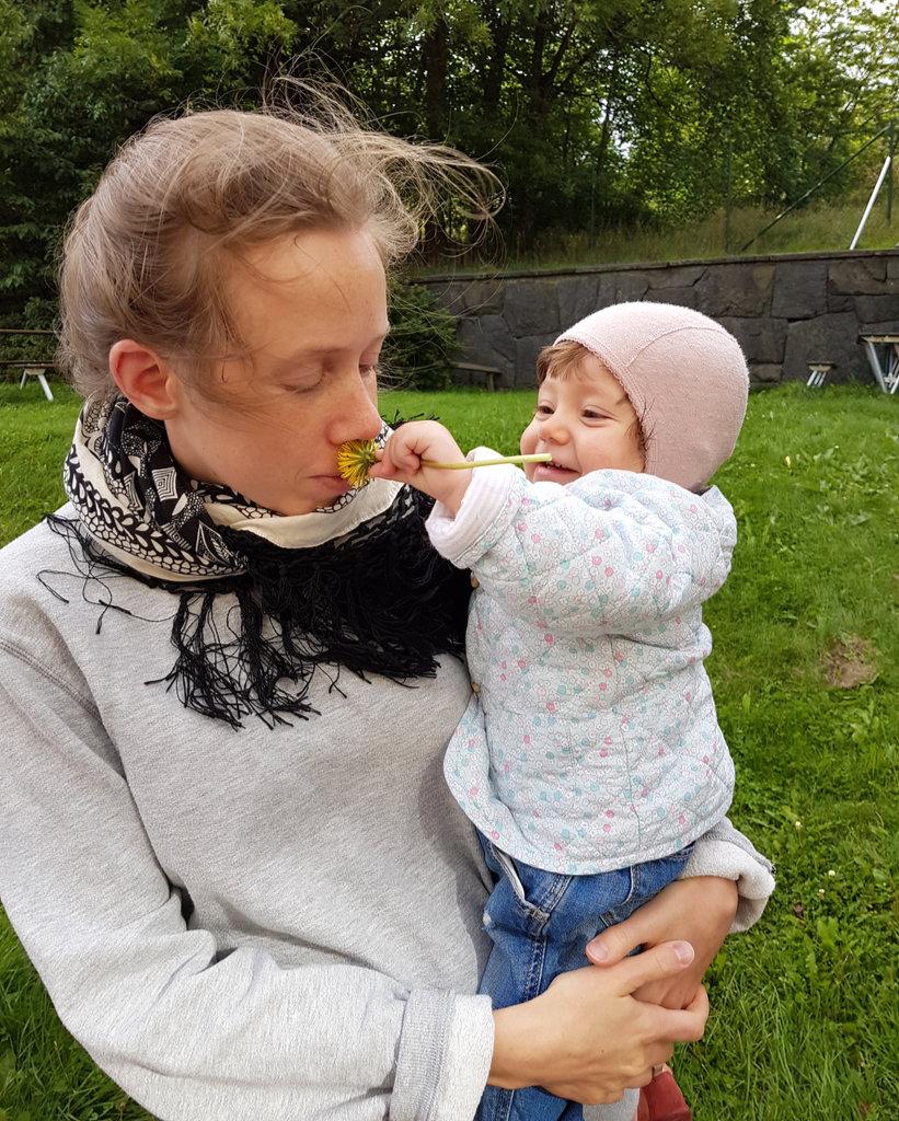Lisa with baby Florens and a dandelion. Photo: Sanjin Đumišić.
