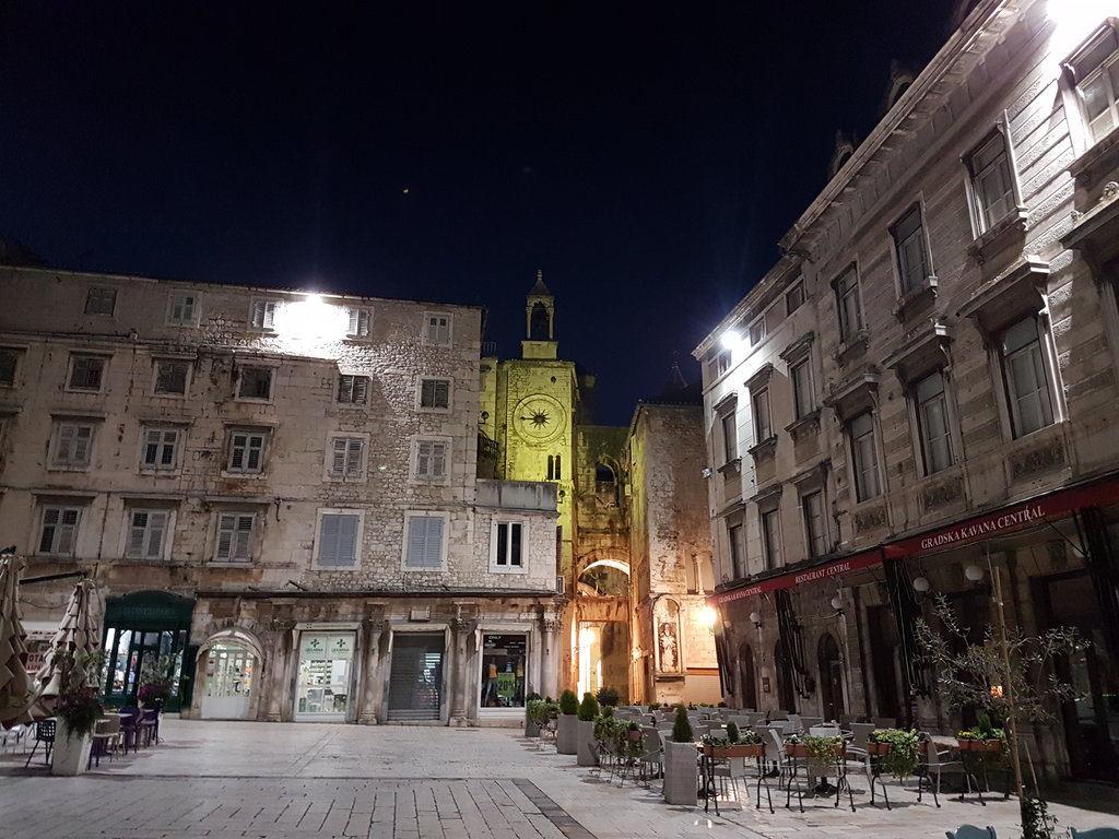 Night-time in Split's Pjaca. Photo: Sanjin Đumišić.
