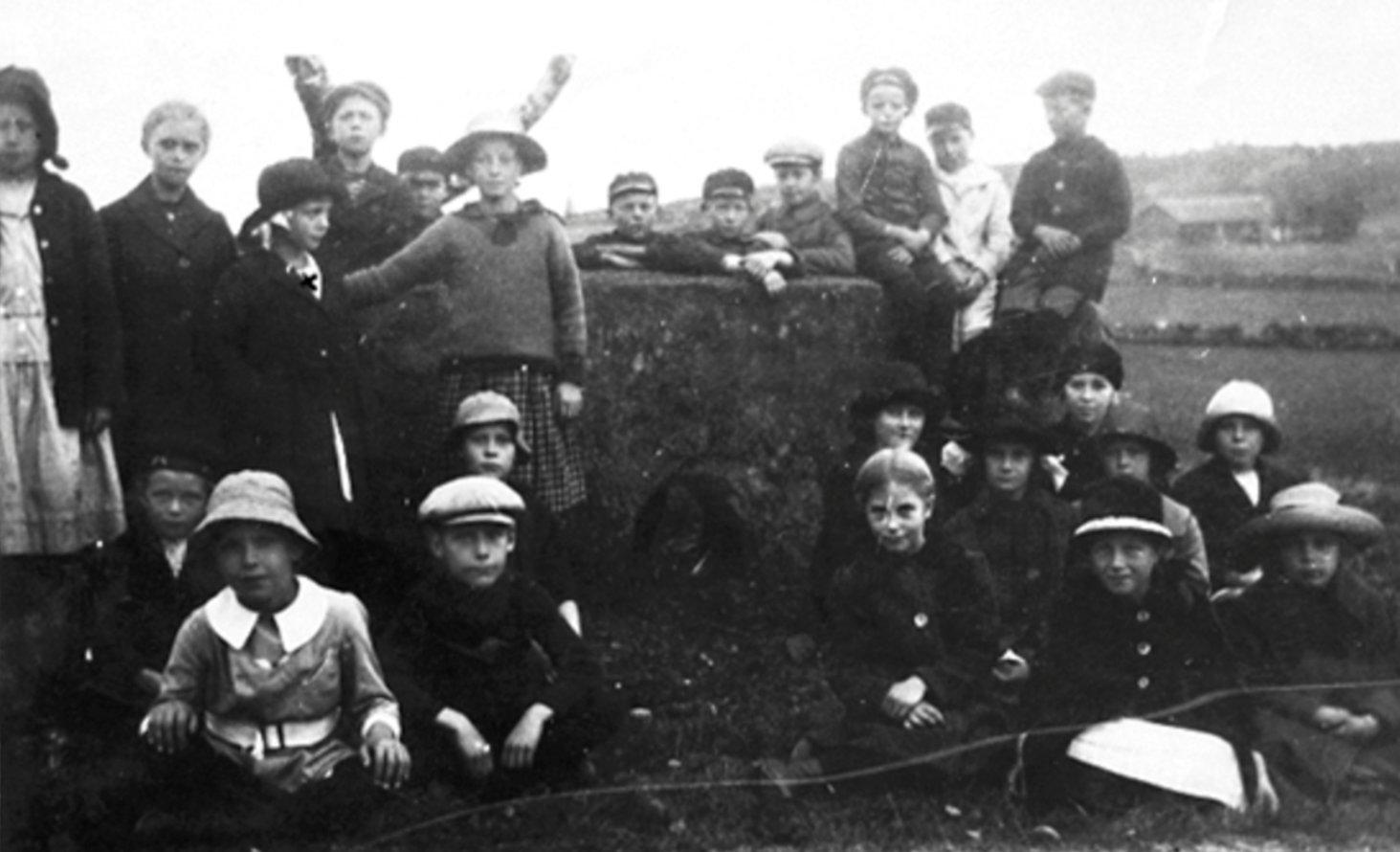 Skolelever på utflykt Hällkistan Dvärgahuset, 1921.